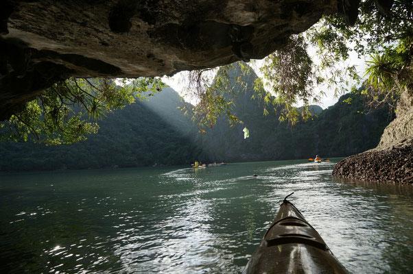 Kayak sous les pics karstiques