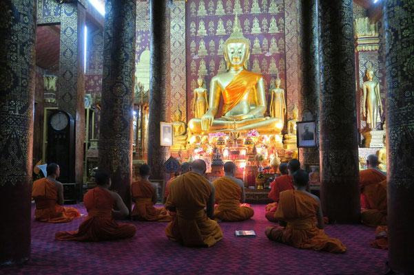 Prière du soir à Luang Prabang