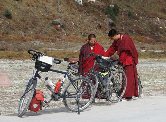 Les vélos intriguent au monastère de Dzogchen - Sichuan - Chine