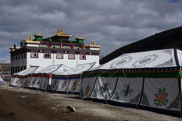 Les tentes colorées a Dzongchen pour héberger les moines de passage