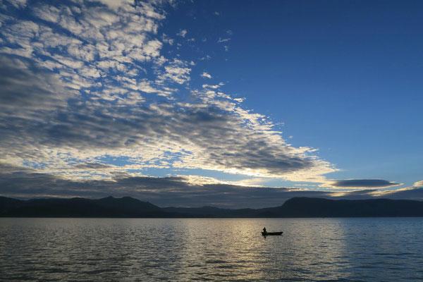 Pirogue sur le lac Erhai aux premieres lueures du jour.