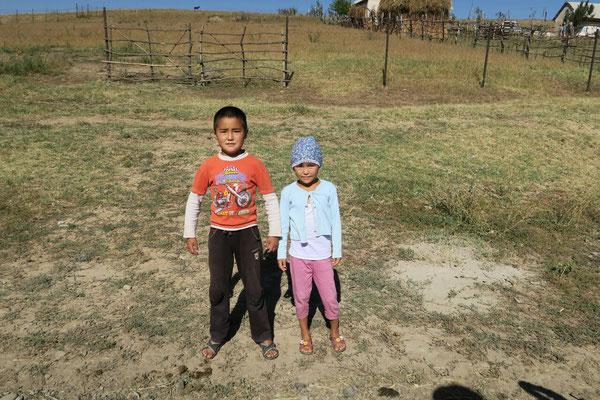 Deux jeunes Kirghizes qui nous saluent chaleureusement