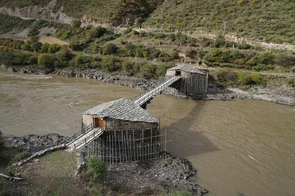 Vieux pont en bois sur le Yalong
