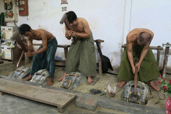 Le dur labeur des batteurs d'or - Mandalay