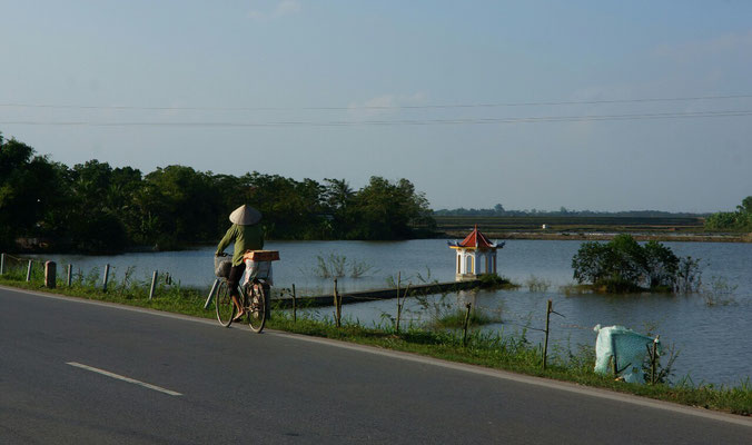 A l'approche d'Hanoi, la route s'applatit...
