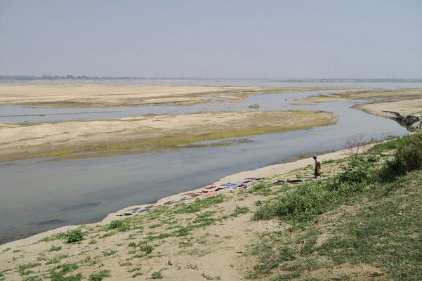 Sur les rives de l'Irrawaddy... le linge sèche sur la plage