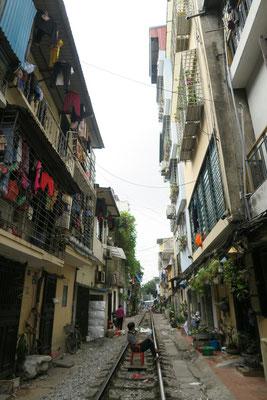Les Hanoiens vivent dans la rue... et jusque sur les rails