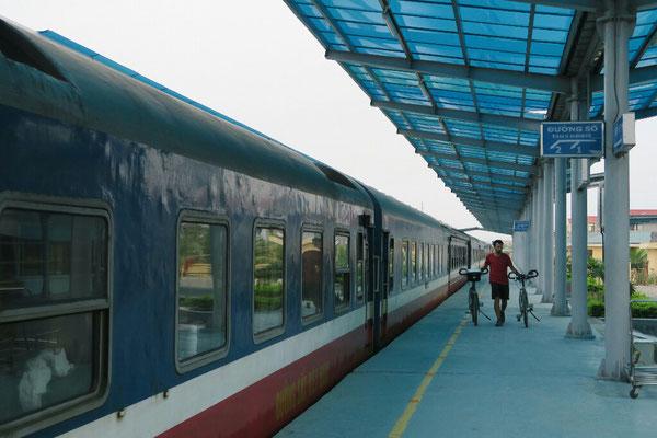 Arrivée à Ninh Binh, on récupère les vélos dans le compartiment cargo du train