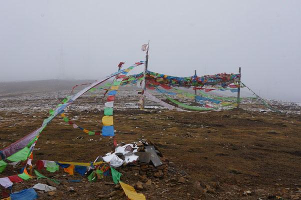 Arrivee au col dans le brouillard et sous les averses de neige. On n'a pas trainé a redescendre!