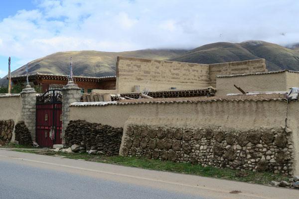 Les bouses de Yaks sechent sur les murs. Elles serviront de combustible pour passer l'hiver