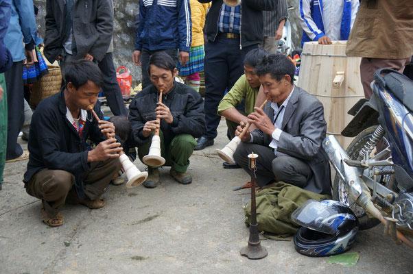 Pendant que les femmes font des affaires, les hommes jouent de la trompette...