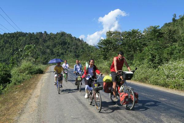 A l'approche de Vang vieng, beaucoup d'ecoliers nous tiennent compagnie pendant plusieurs km