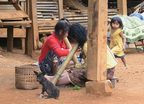 Chez les katu, on fume le tabac dans de gros bambous tout en travaillant!