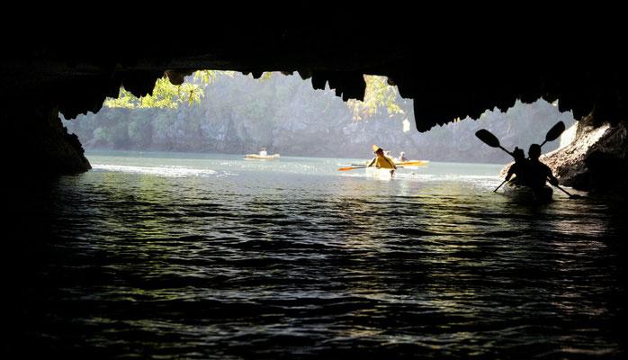Kayak à travers les grottes... Heureusement que c'est marée basse!
