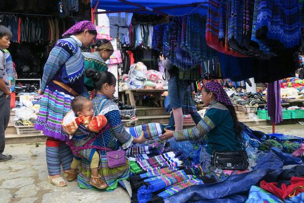 Habit traditionnel sur le marché de Bac Ha