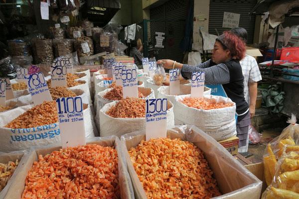 Crevettes séchées le marché du quartier chinois de Bangkok