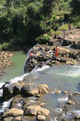 Les moines aussi viennent se prendre en selfie devant les cascades...