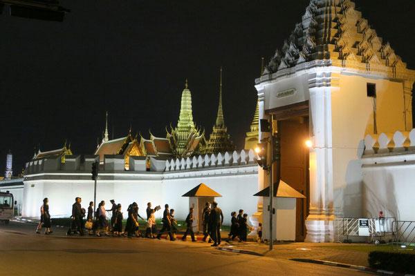 La population afflue devant le palais royal pour rendre hommage au roi