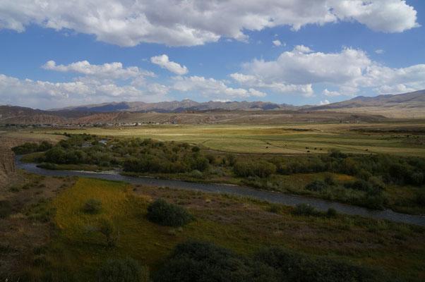 Vallée verdoyante où paissent de no,breux troupeaux