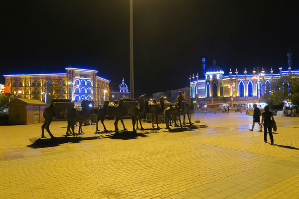 Les chameaux de la place de Kashgar et l'éclairage kitch des bâtiments, le soir venu