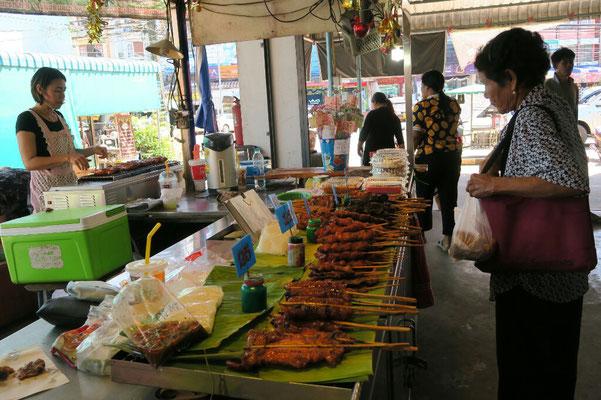 Stand de brochettes de poulet au marché