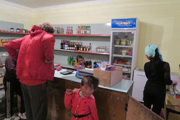 Magasin de Sary Tash tenu par des enfants. Si vous regardez bien, on peut y acheter des shots de vodka a l'unite.