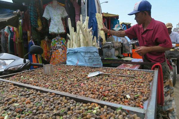 Sur les marchés, on broie la canne à sucre pour en déguster le jus
