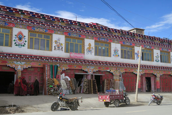 Maisons traditionnelles colorées a Cacagoin