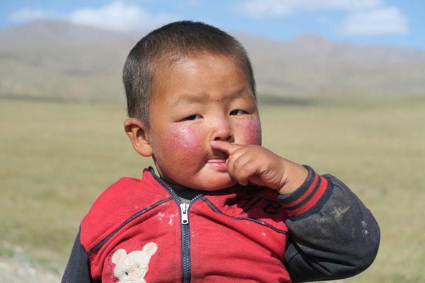 A cette altitude, le soleil tanne les joues des enfants.