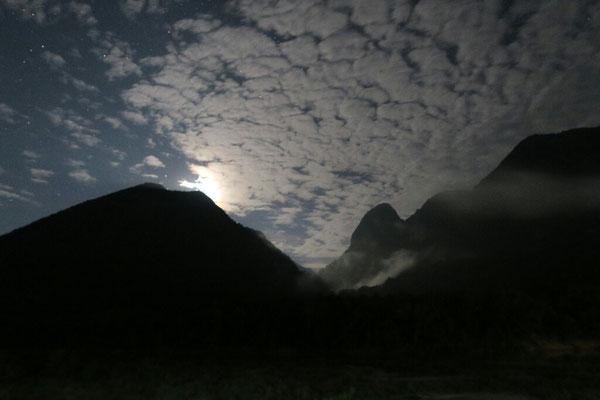 Ciel nuageux entre les pics karstiques