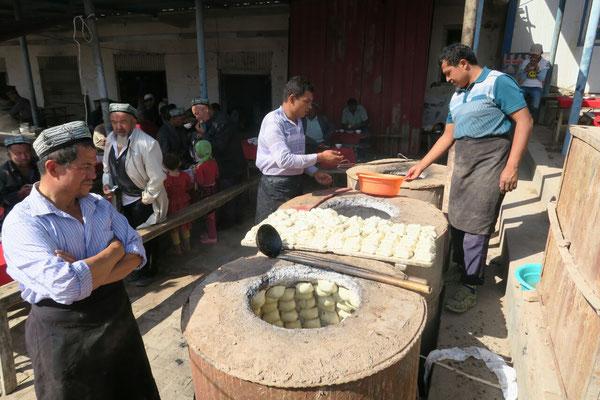 Cuisson des samsas (chaussons à la viande) dans un four traditionnel