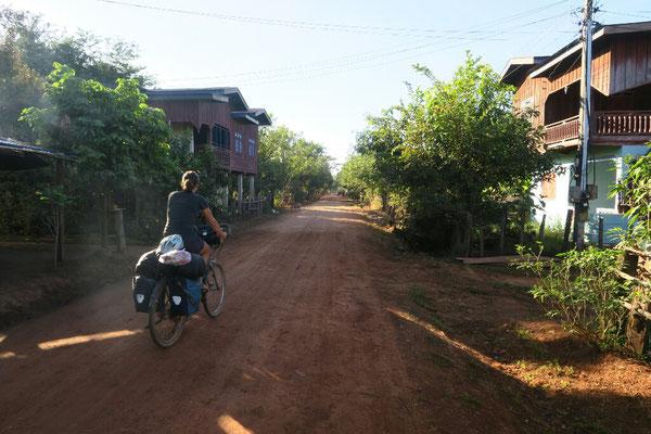 Piste en rive droite du Mekong