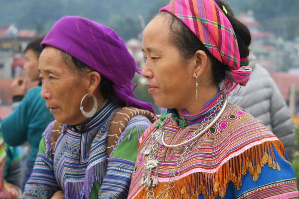 Costumes traditionnels sur le marché de Bac Ha