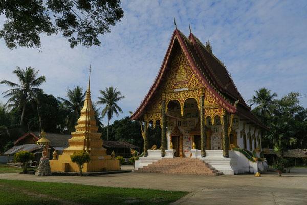 Depuis notre arrivee au Laos, nous croisons regulierement des temples Boudhistes. Ils offrent de bon coin de camping que nous n'avons pas encore teste!