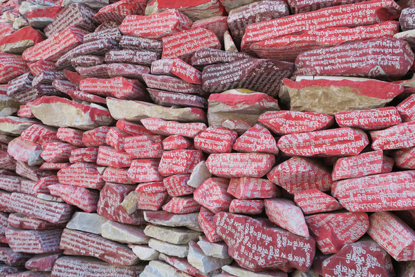 Les mantras sont gravees sur les pierres du mani wall