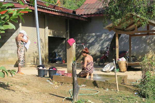 Les Lao profitent egalement de la chaleur de la journee pour faire leur toilette