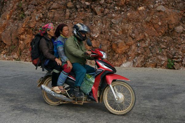 Famille Hmong de retour du marché