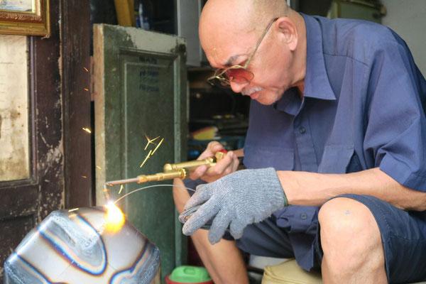 Artisans fabricants les bols à aumône des moines