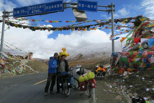 En haut d'un col Tibetain, en compagnie d'un chinois.