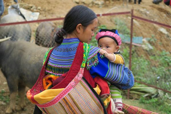 Jeune femme Hmong et son bébé