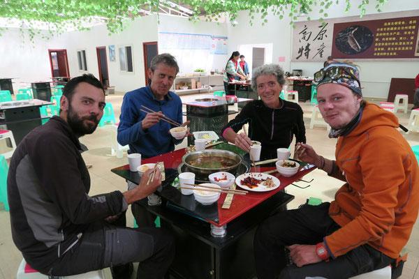 Un plat du Sichuan supposé pas épicé... les piments laissés de côté n'etaient pas là que pour la déco... on n'a pas pleuré mais on s'est bien mouchés ;)