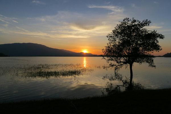 Couché de soleil sur le lac Khuan Khereethan