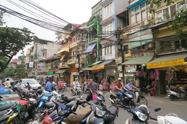 Joyeux bordel dans les rues d'Hanoi