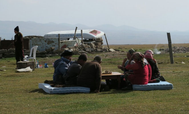 Les nomades prennent leur repas après avoir replié les yourtes.