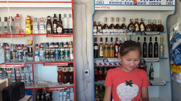 Dans les tous petits magasins; les rayons de vodka sont toujours bien fournis