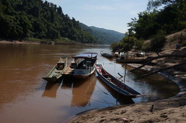 Embarcadere sur la riviere Namou a Muang Khua
