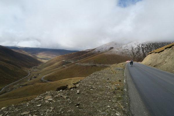 Dans la montee du premier col tibetain, la neige n'est pas loin!