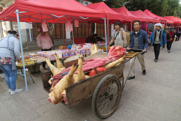 Sur le marché de Shaxi, on retrouve de la viande...