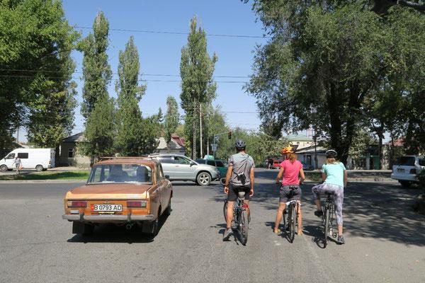 Balade dans Bishkek avec Magali et Violaine