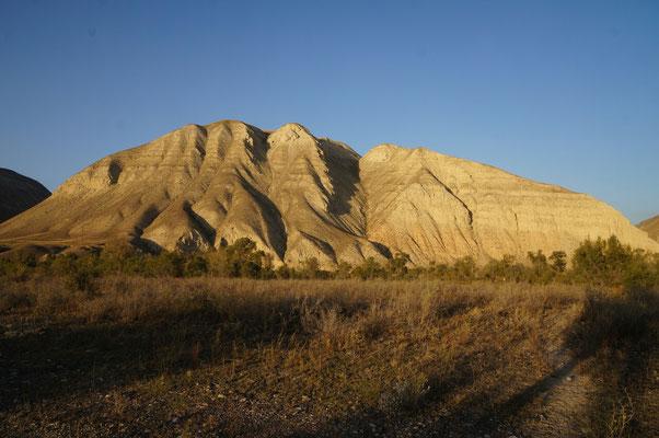 Les lueurs du soir sur les montagnes proches de Kazarman